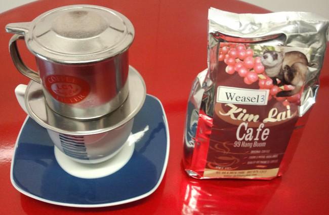 café vietnamita con cafetera tradicional