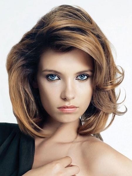 es un corte de pelo que dulcifica los rasgos que sienta bien a todo tipo de caras y de edades y que permite numerosas variaciones con o sin flequillo