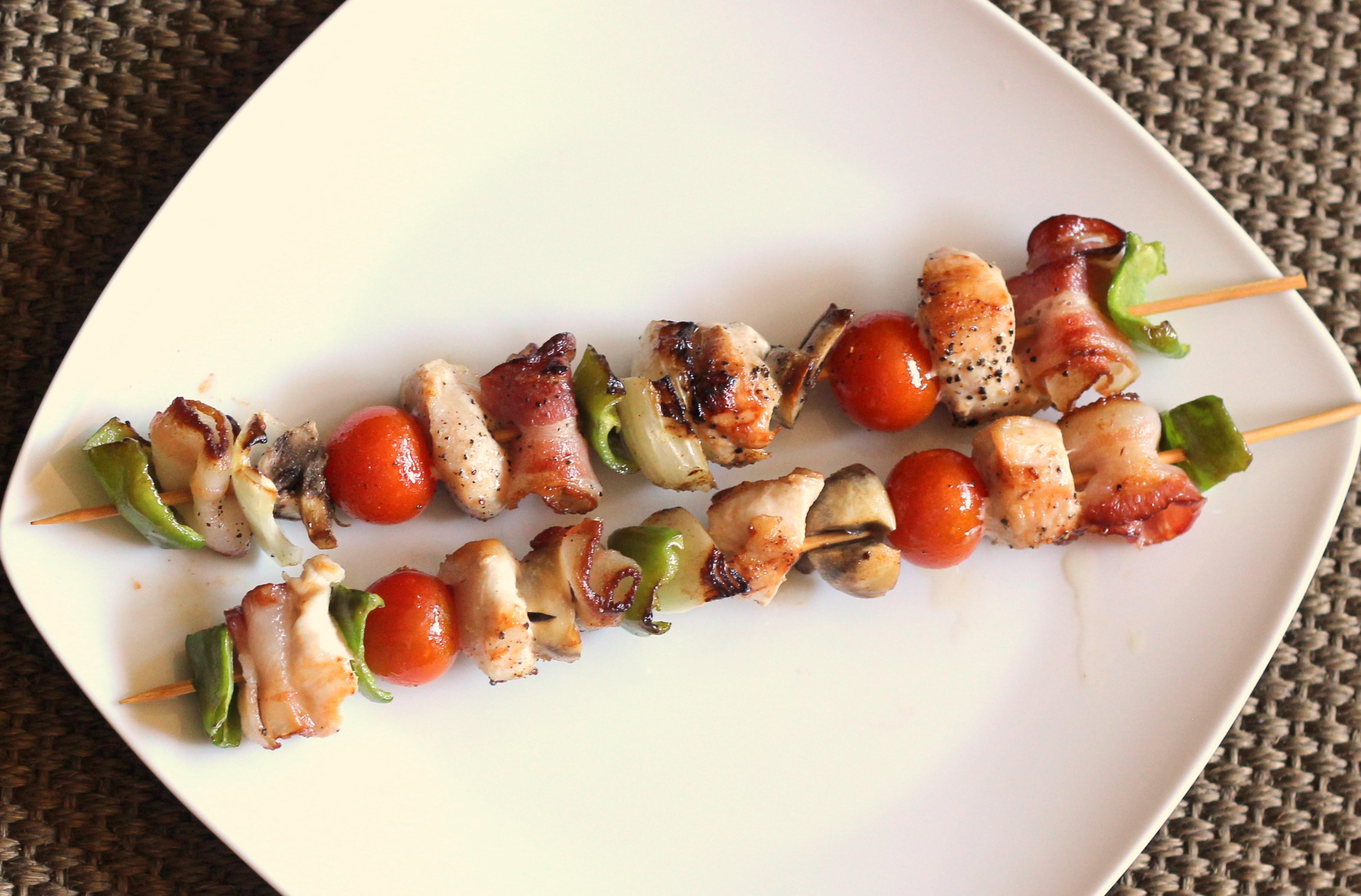 Disfruta de una cena sana y ligera con unas brochetas a la for Como preparar una cena saludable