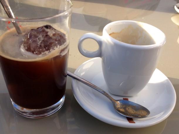 cafe con hielo servido