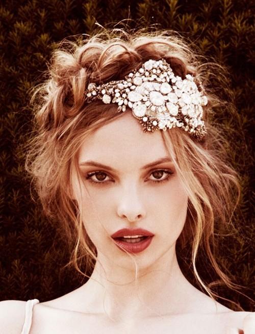 peinados-y-cortes-de-pelo-para-san-valentin-mujeres-recogido-vintage-diadema