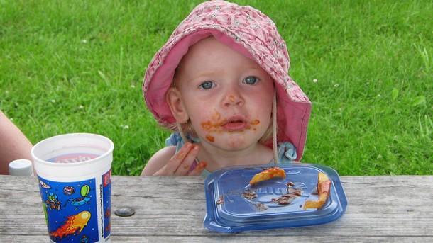 niño manchado comiendo
