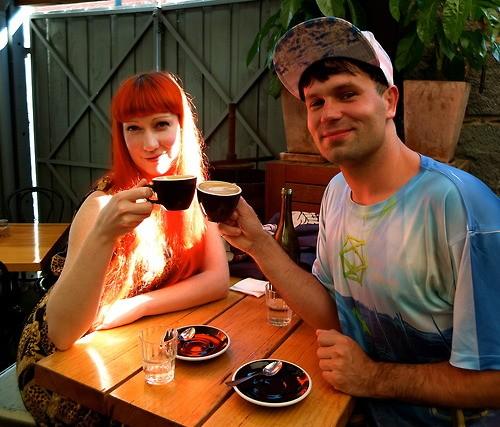tomar café con sus amigos
