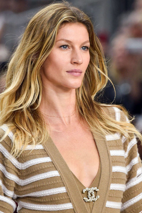 54bc27e60a3ed_-_runway-hair-trends-loose-long-waves-chanel-clp-rs15-0402-lg