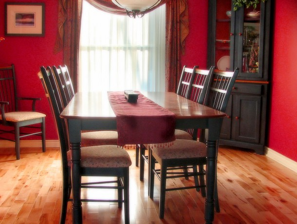 1024px-Dinner_table_and_chairs