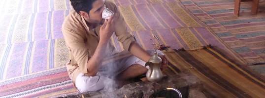 tomar café árabe hospitalidad