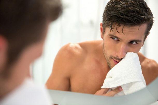 hombre lavando cara