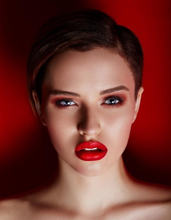 maquillaje con labios rojo