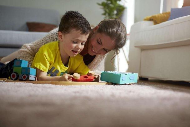 Aspirar suelos con niños