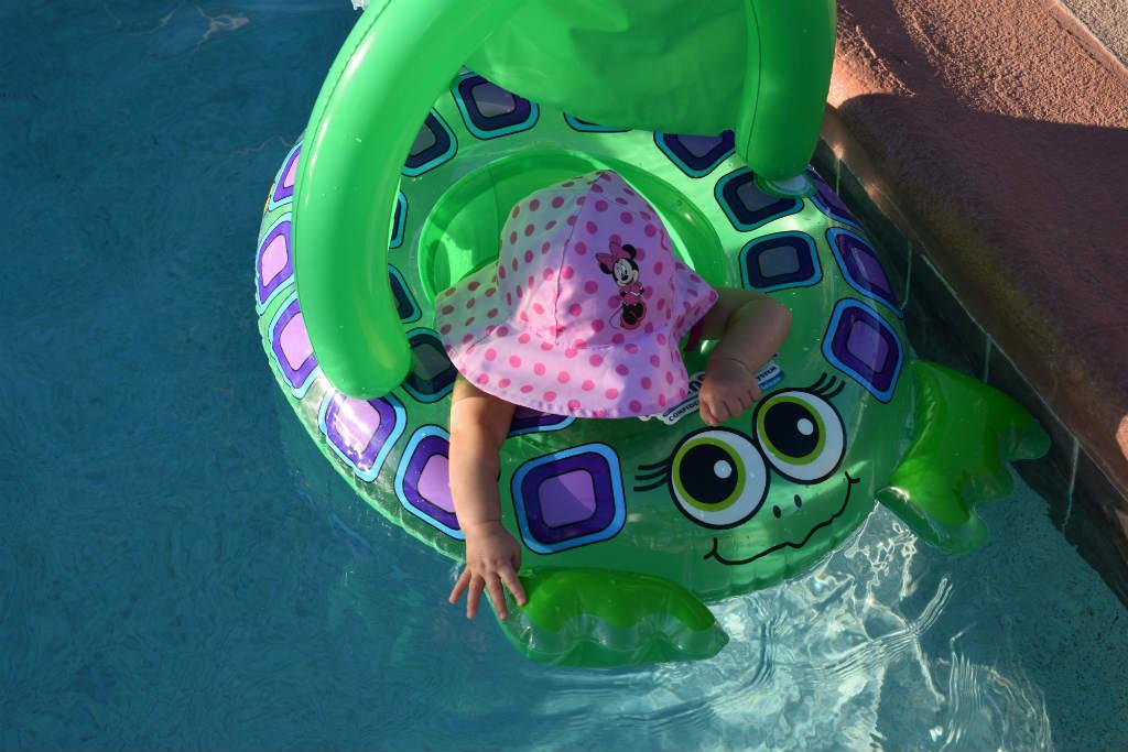 que llevar a la piscina con bebes