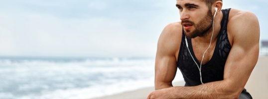 deportista en la playa