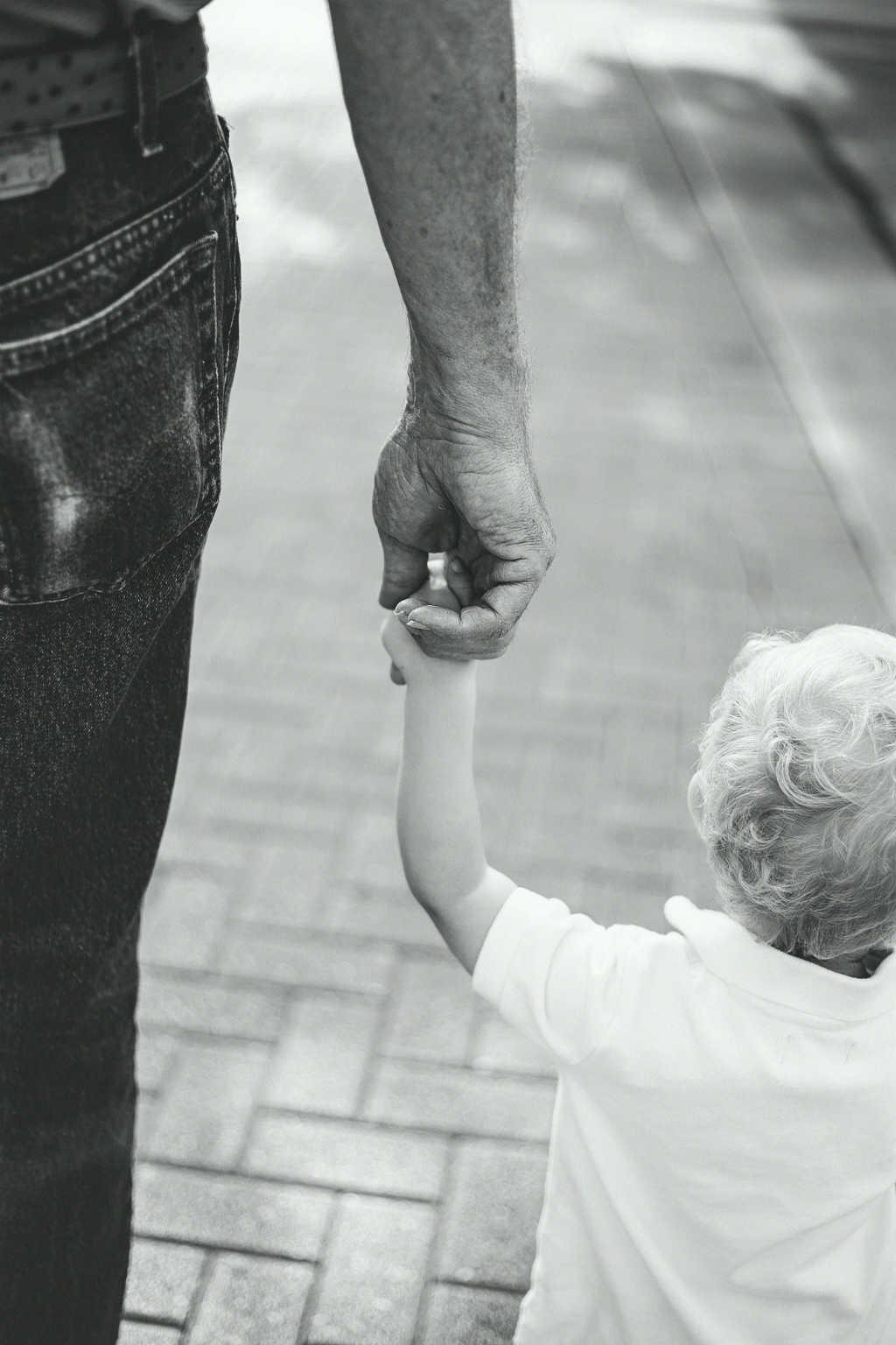 abuelos cuidar niños
