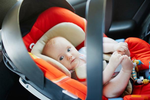 Preparar el primer viaje del bebé en coche, capazo