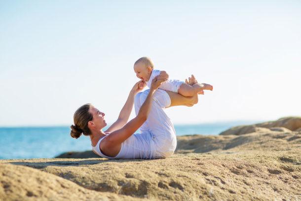 Preparar el primer viaje del bebé en coche, vacaciones en la playa