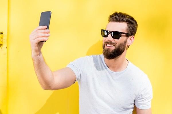 hombre barba selfie