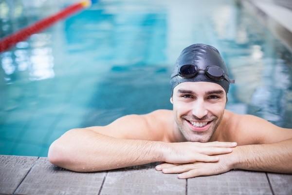 hombre-piscina