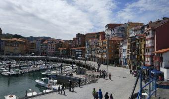 El placer de conducir un coche eléctrico por la costa de Vizcaya