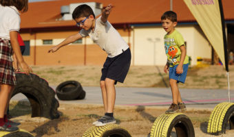 Así es un parque infantil hecho con neumáticos donde los niños generan energía