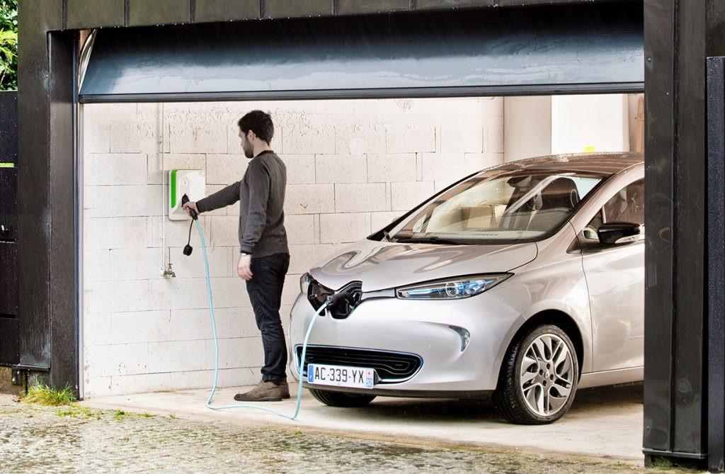 cargar un coche eléctrico en el garaje