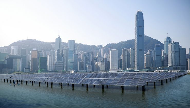 Ciudad de Shangai con un mar de placas solares