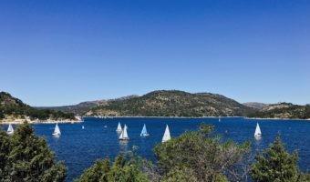 Ruta en coche eléctrico al Pantano de San Juan: la primera playa de Madrid con Bandera Azul