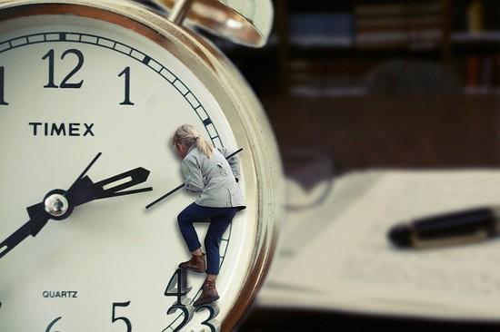 Mujer escalando por las horas de un reloj como metáfora de la mejora de productividad del ERP