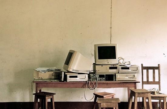 Ordenadores obsoletos sobre una mesa vieja de madera