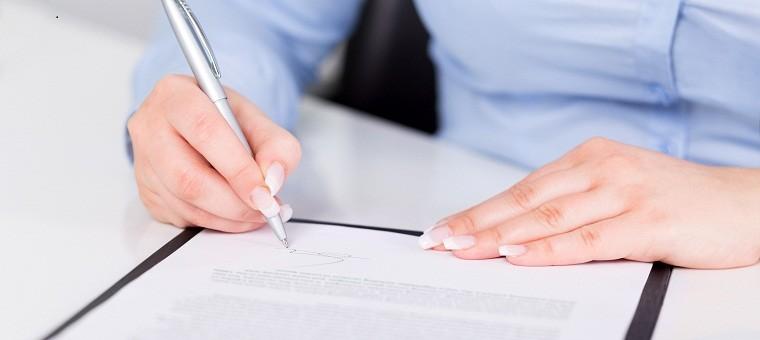 Firmando un contrato de trabajo