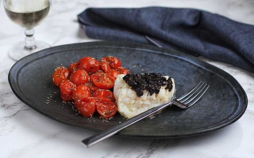 Receta de bacalao noruego a la plancha con ajo negro y salteado de tomates cherry