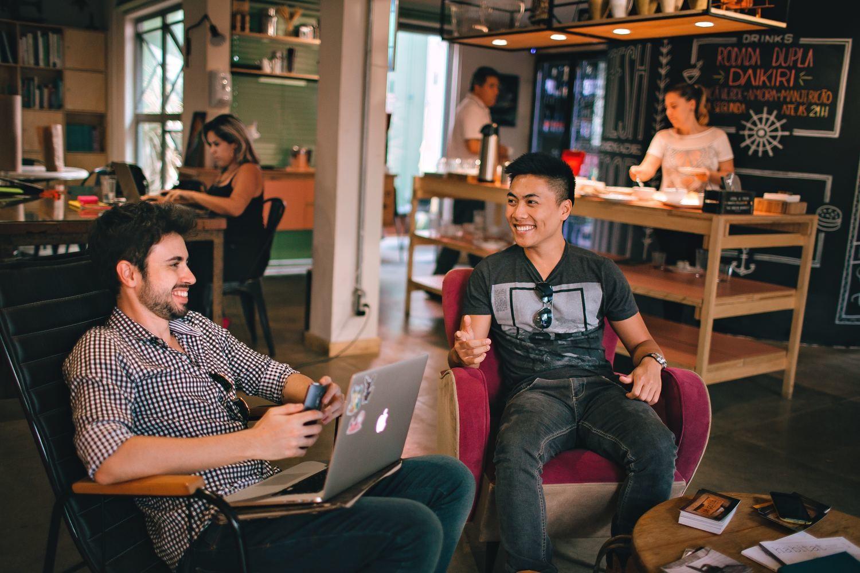 Los trabajadores que optan por alojarse y trabajar en los coliving suelen estar interesados en hacer contactos a nivel laboral y personal.