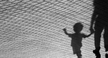 Ciudades caminables peatones y niño