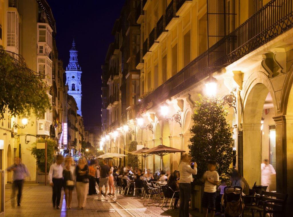 El buen ambiente es solo uno de los factores que convierten1 a Logroño en una de las ciudades con buena calidad de vida en España.