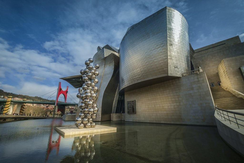 El museo Guggenheim es un ejemplo de cómo un centro cultural puede revalorizar una zona.