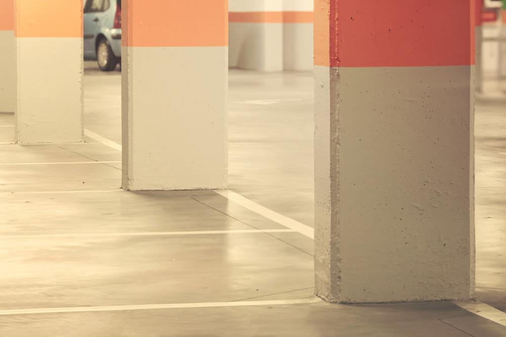 Columnas en una plaza de garaje