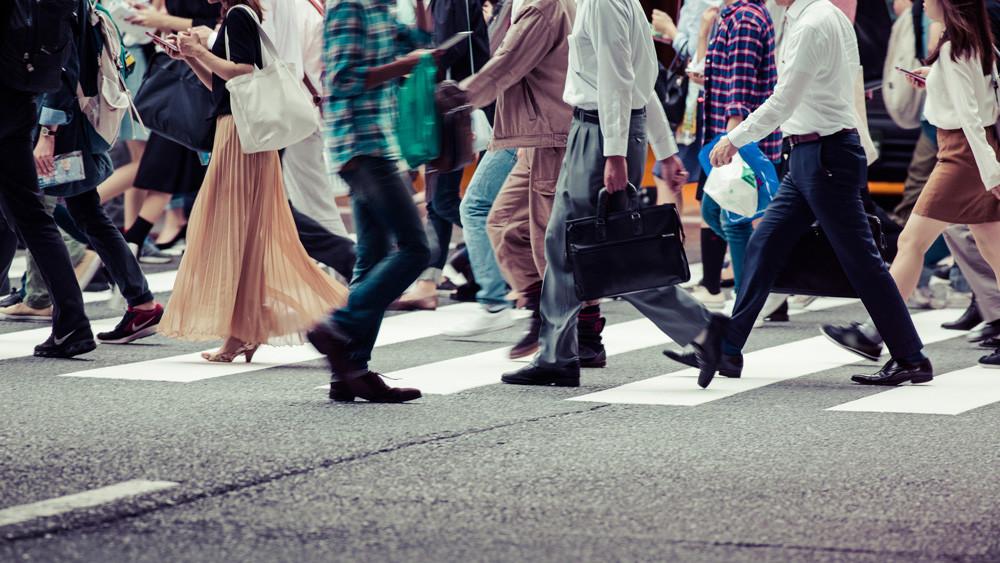 Ciudadanos caminando por una ciudad receptiva