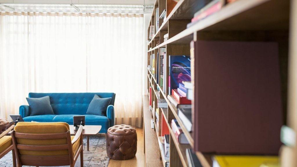 Aprender a vivir con menos cosas es otra de las ventajas de mudarse a una casa más pequeña.