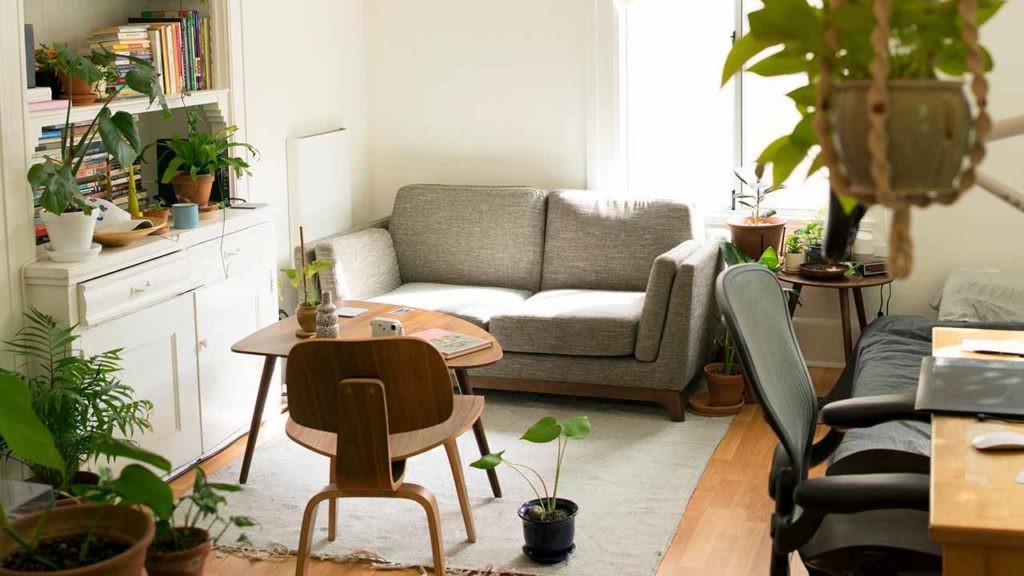 Ahorrar en alquiler o hipoteca es una de las ventajas de mudarse a una casa más pequeña.