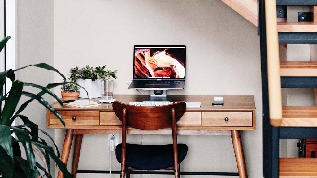 Una buena idea para montar un estudio en casa si tienes poco espacio es ponerlo debajo de las escaleras.