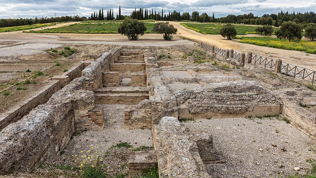 ruinas de Santiponce, en Sevilla. Se observan varias estancias en ladrillo a ras de suelo y sin techo
