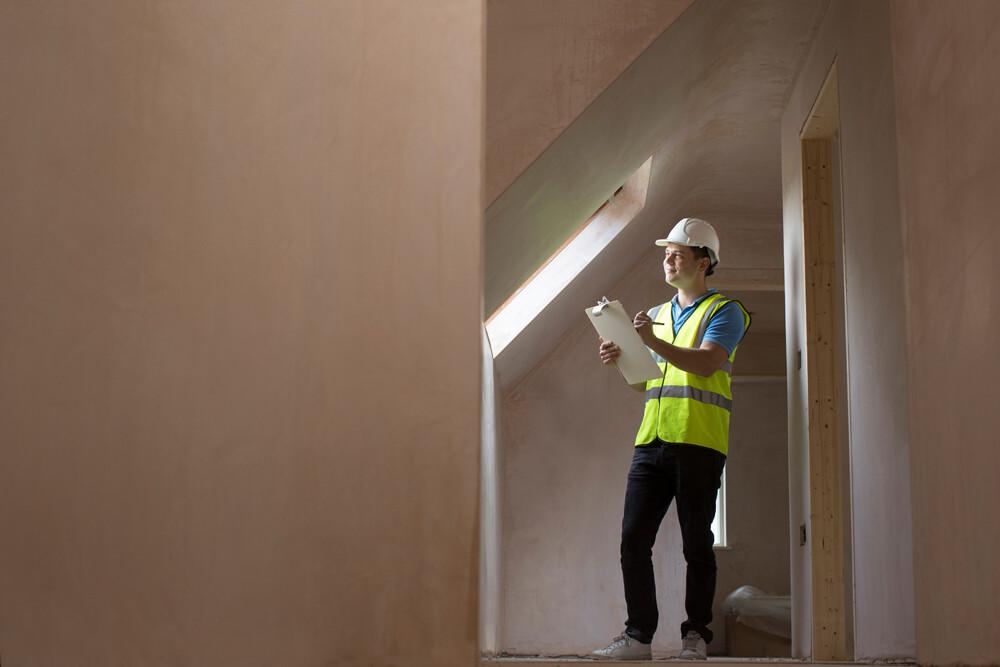 Un técnico inspecciona un inmueble para certificado energético