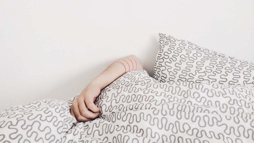 Una de las principales consecuencias de sufrir problemas de ruido es la dificultad para descansar.