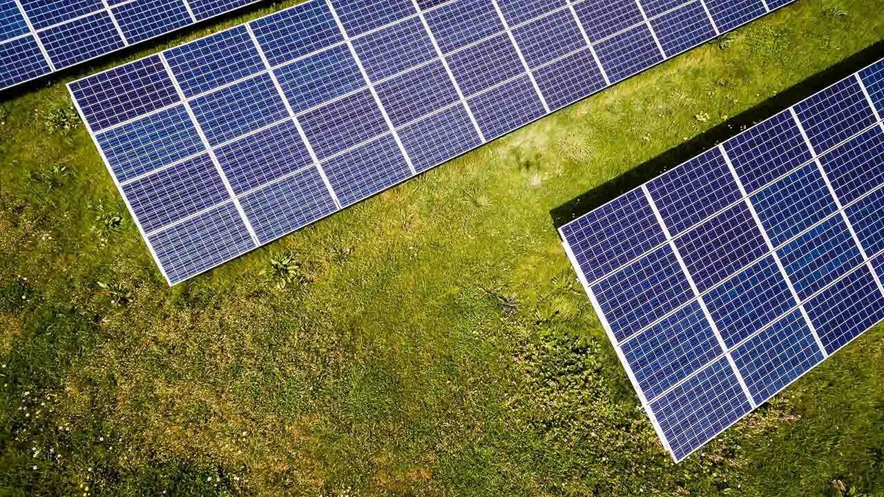Una solución para reducir aún más la huella de carbono es instalar placas fotovoltaicas en la vivienda.