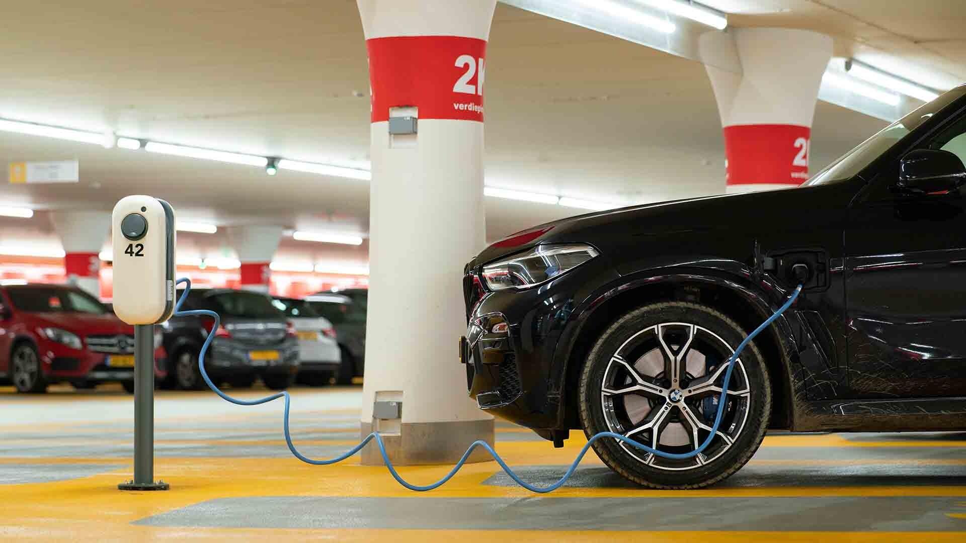 Es posible instalar un punto de recarga de coche eléctrico en garajes y parkings comunitarios.