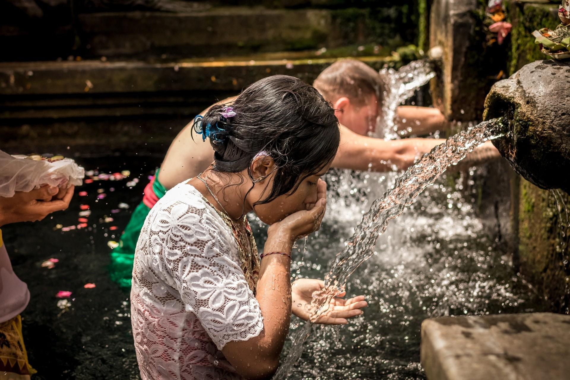 adultos beber agua potable