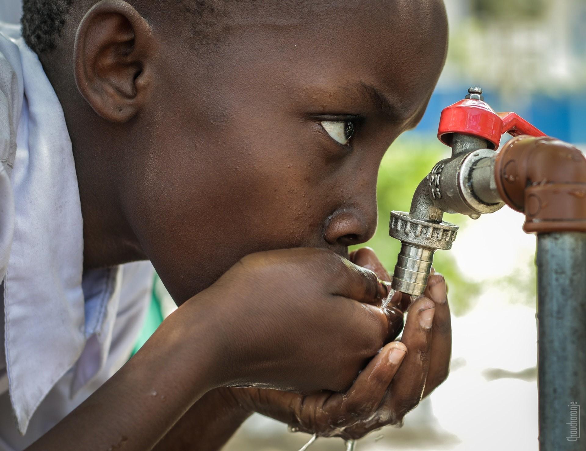 niño beber agua potable