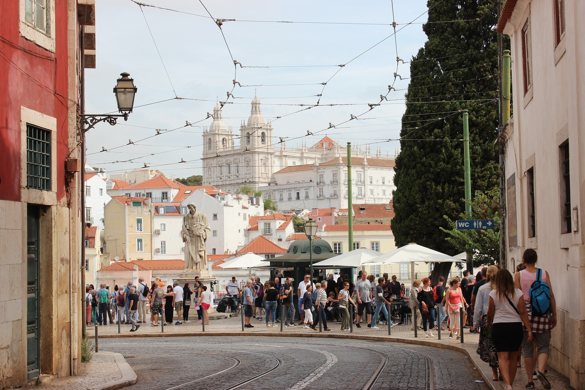 Gente paseando en un calle de Lisboa