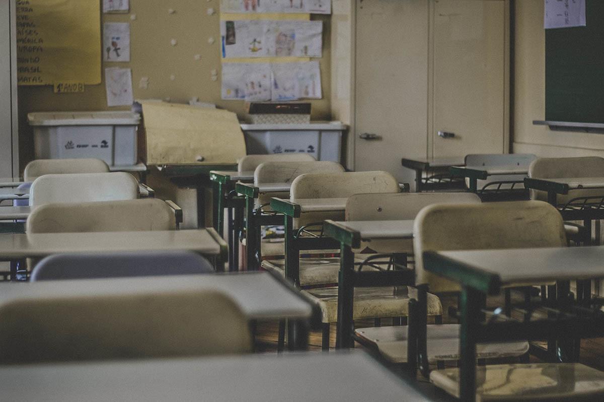 pupitres vacíos en el aula de una escuela
