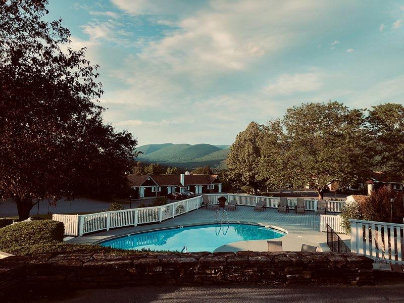 Urbanización cerrada con piscina