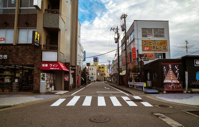 IMagen de una ciudad desierta sin presencia de automóviles.