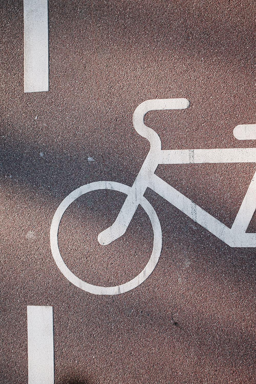 señal de carril bici en el asfalto